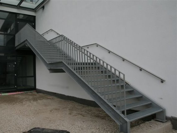 Anbau einer Fluchttreppe, Sporthalle Gosheim