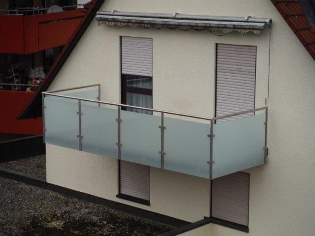 Sanierung Balkongeländer als Edelstahl-Glaskonstruktion und einmal ein Balkonanbau mit Glasüberdachung in Dornstetten