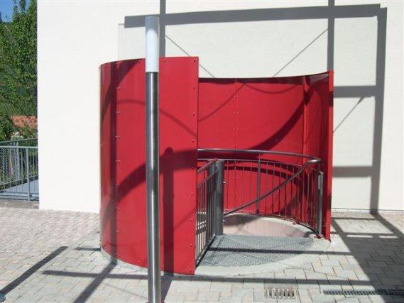 Betonung des Eingangsbereichs einer Spindeltreppe in Alpirsbach