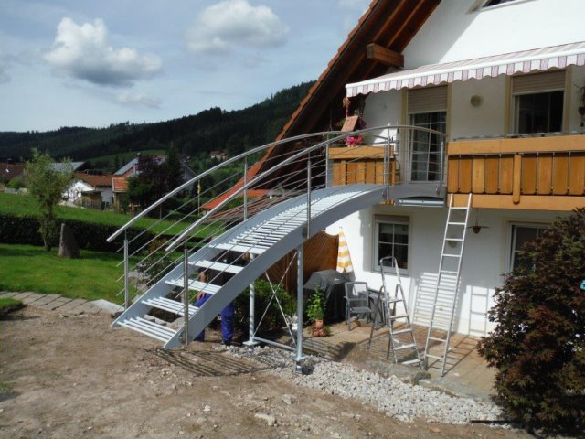 Einbau von Verbindungsbrücke von Balkon in den Garten