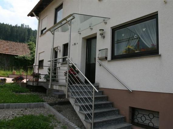 Eingangsvordach aus Edelstahl und Glas in Klosterreichenbach