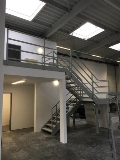 Einbau einer Podesttreppe in einer Halle
