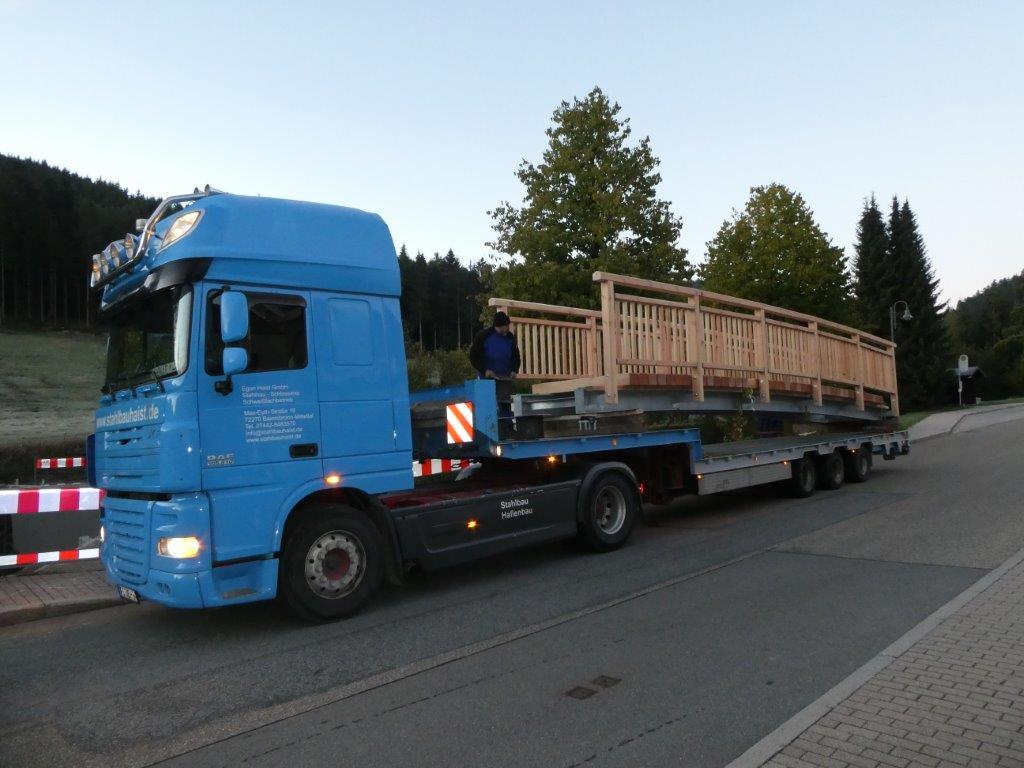 Anliefern, montieren und fertigen einer Brücke in Obertal