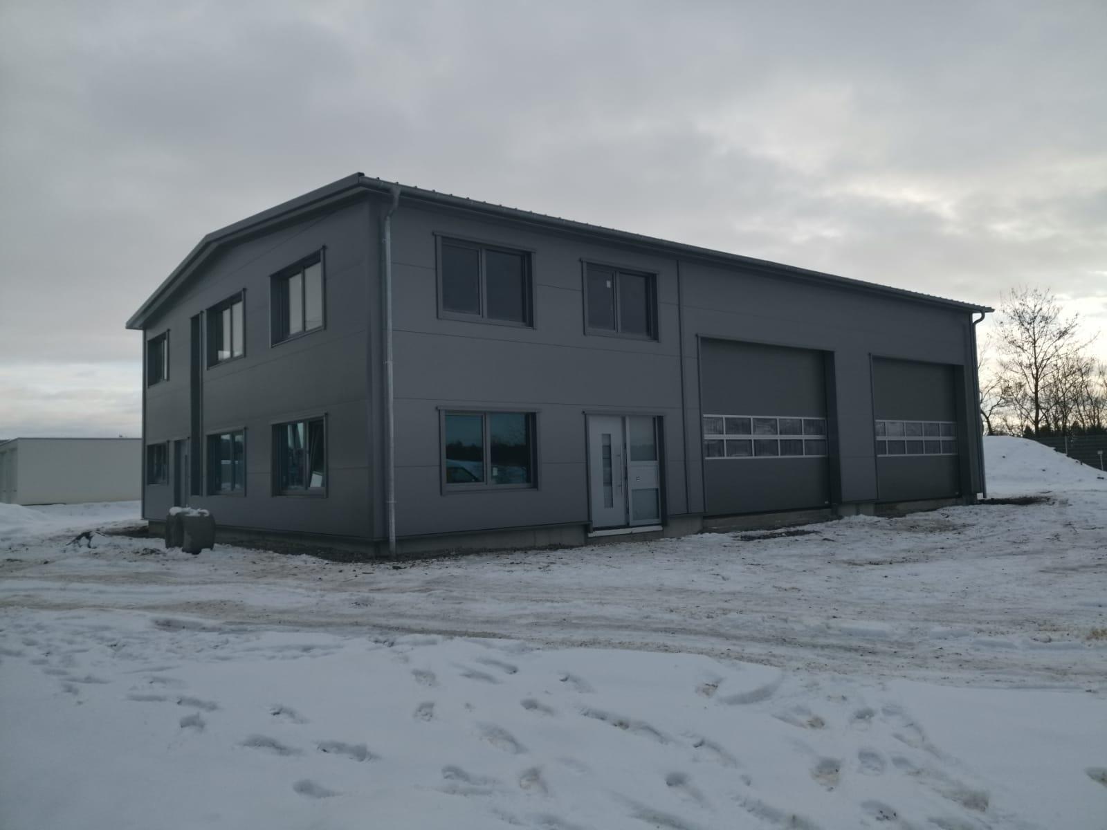 Aufrichten einer Halle mit Dach und Wand für eine Autowerkstatt