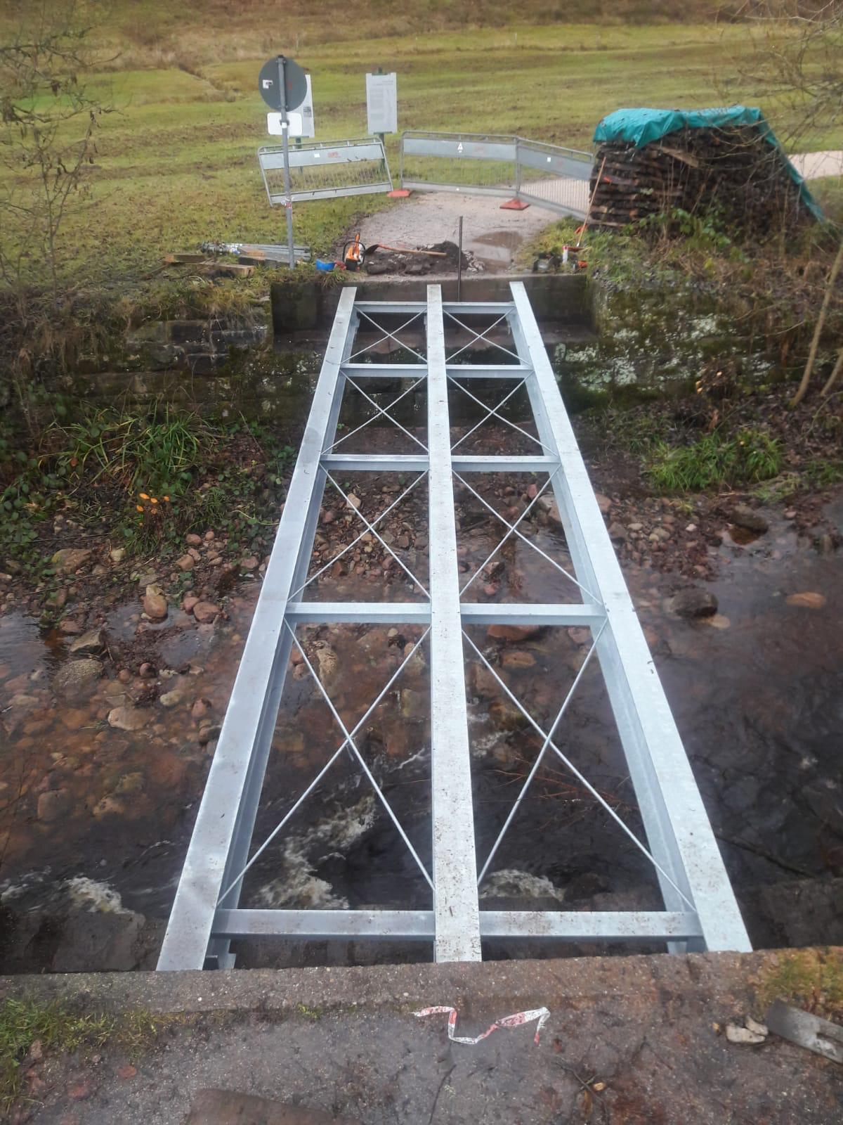 Transport und Montage einer Brücke in Tonbach