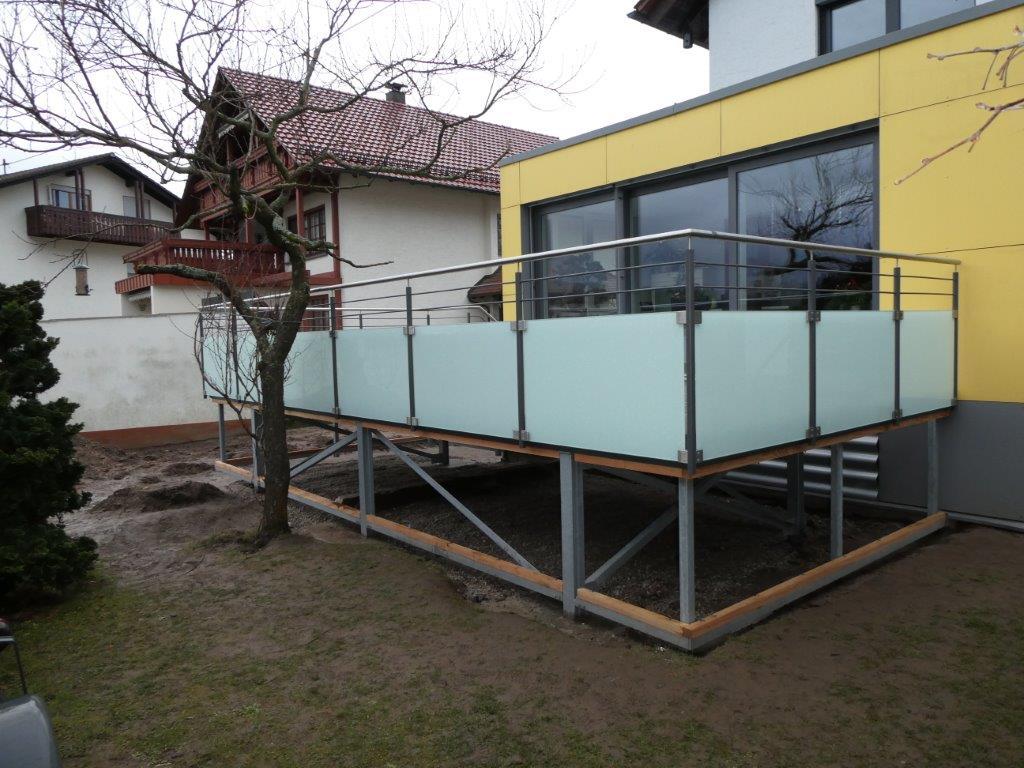 Moderner Terassenanbau mit Glasgeländer und Keramikfliesen
