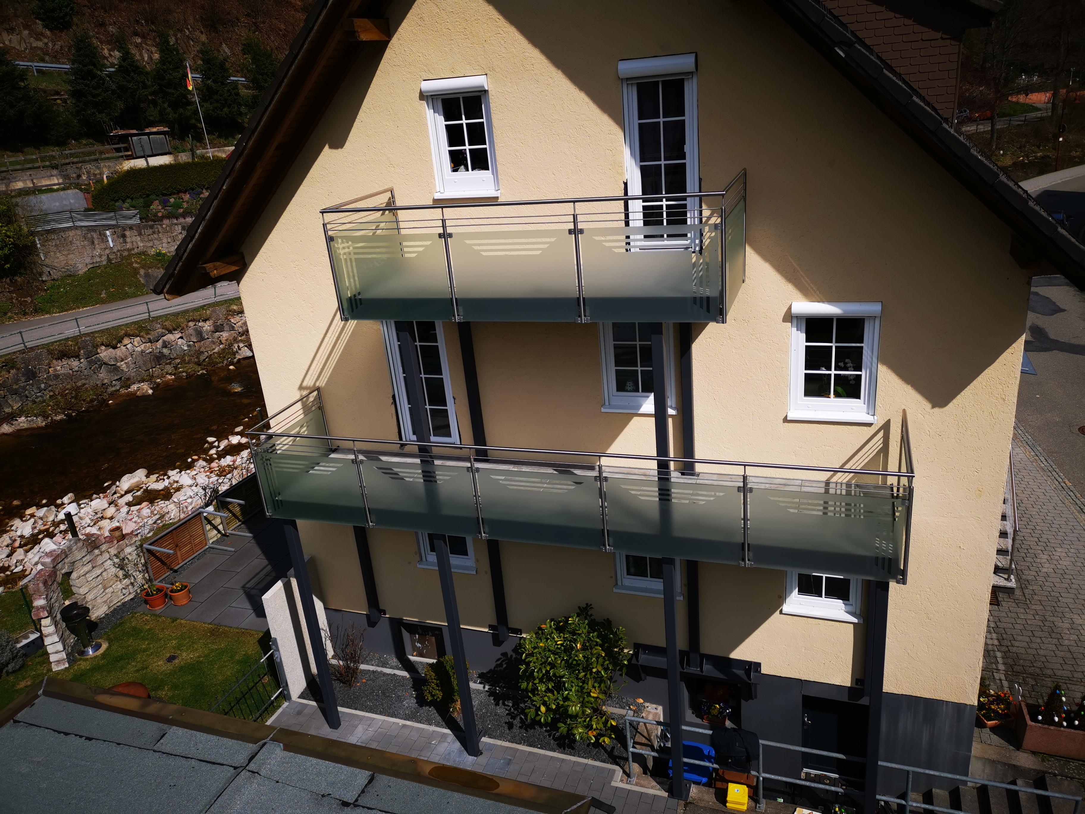 Nachträglicher Balkonanbau an eine Fassade in Schönmünzach