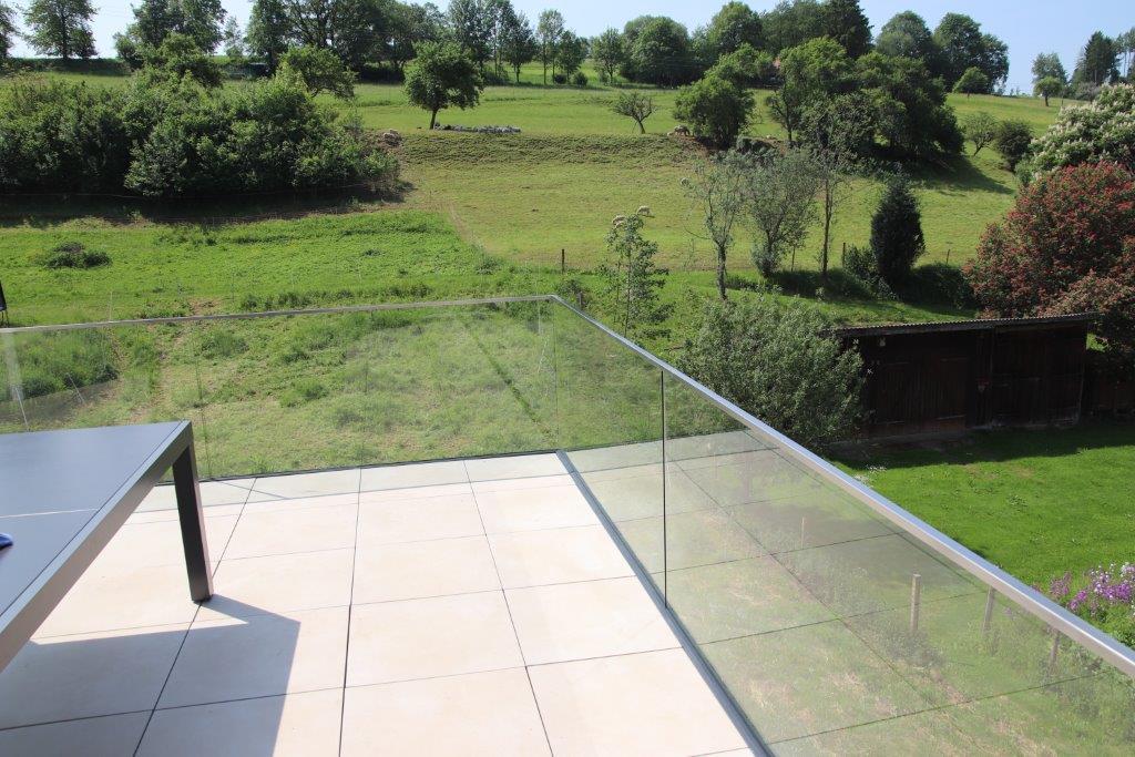 Moderner Balkonanbau in Bittelbronn mit einem Ganzglas-Geländer
