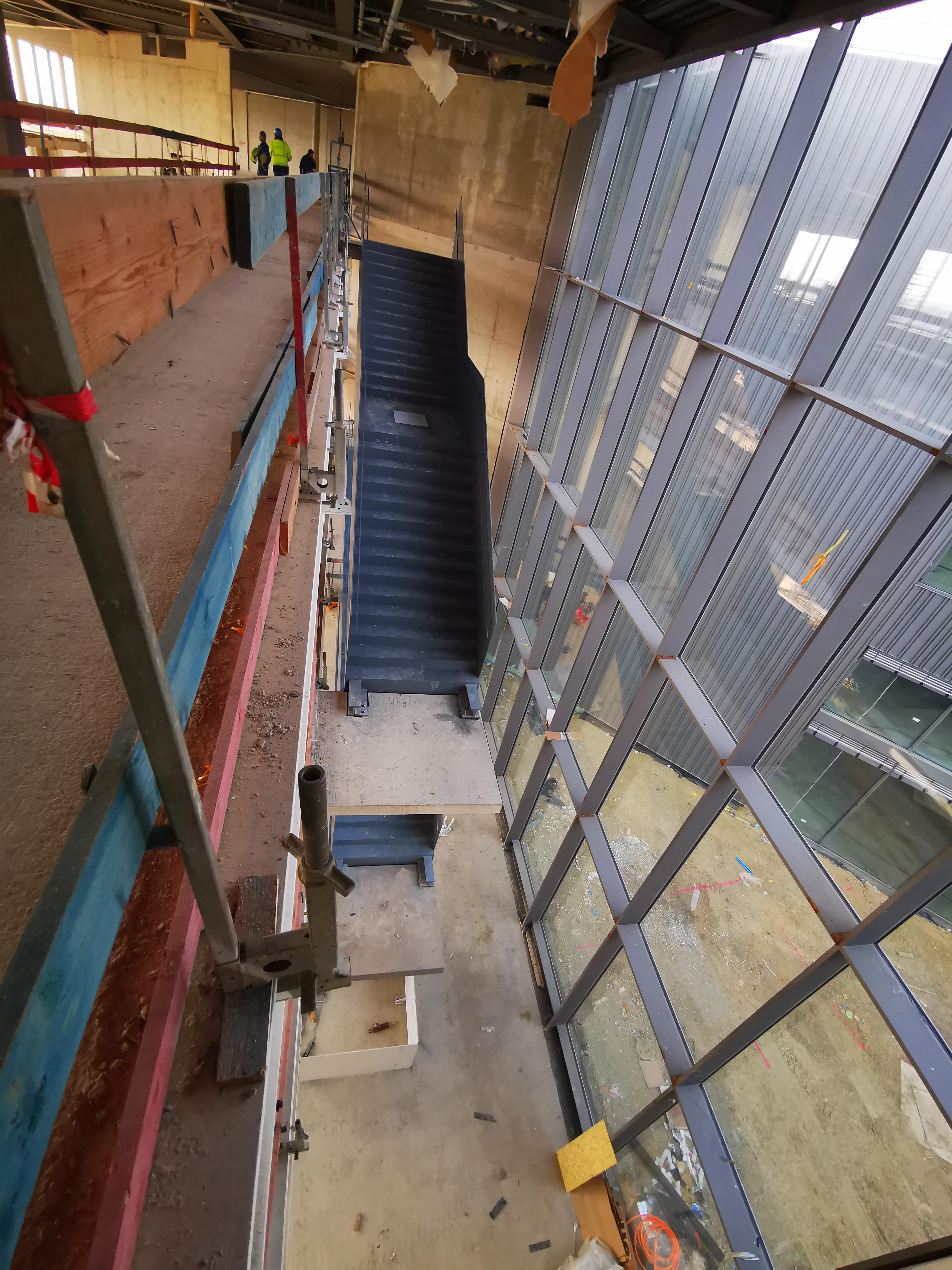 Montage von drei Treppen für einen Besucherbereich mit einem Gewicht von elf Tonnen pro Treppe